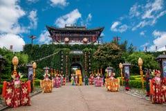 云南大理在执行开放门受欢迎的客人仪式前的龙城市 图库摄影