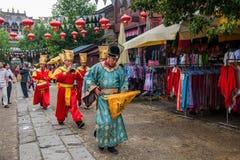 云南大理在执行开放门受欢迎的客人仪式前的龙城市 免版税库存照片