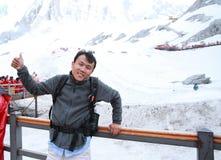 云南玉龙雪山的,胜利A姿态无忧无虑的中国人  库存图片