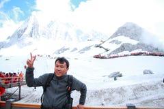 云南玉龙雪山的,胜利A姿态无忧无虑的中国人  免版税库存照片