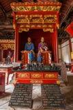 云南红河专区建水孔子寺庙在四的大厅最著名的门徒常设雕象的两边 库存图片