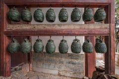 云南红河专区建水寺庙大厅庭院响铃 免版税库存照片