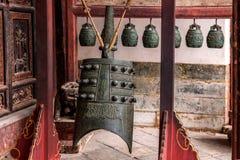 云南红河专区建水寺庙大厅庭院响铃 免版税库存图片