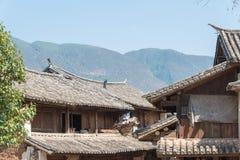云南,中国- 2015年3月20日:在沙溪古老村庄的屋顶 fa 库存图片