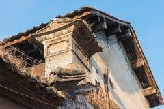 云南,中国- 2015年3月21日:在沙溪古老村庄的屋顶 fa 库存图片