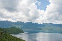 云南,中国- 2014年9月10日:在泸沽湖的彩虹 著名土地 免版税库存图片