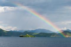 云南,中国- 2014年9月10日:在泸沽湖的彩虹 著名土地 库存照片