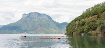 云南,中国- 2014年9月10日:在泸沽湖的彩虹 著名土地 库存图片