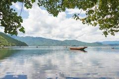 云南,中国- 2014年9月10日:在泸沽湖的彩虹 著名土地 免版税库存照片