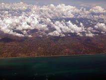 云彩、土地和海 图库摄影
