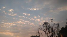 云彩、天空和城市 免版税库存图片