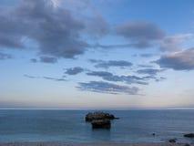 云彩、岩石和海 库存图片