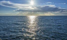 云彩、海和太阳 库存图片