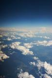 云彩、蓝天和一张喷气机客机照片的翼从舷窗的 旅行和飞行乘飞机 免版税库存图片