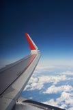 云彩、蓝天和一张喷气机客机照片的翼从舷窗的 旅行和飞行乘飞机 图库摄影