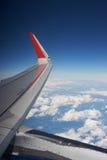 云彩、蓝天和一张喷气机客机照片的翼从舷窗的 旅行和飞行乘飞机 库存照片