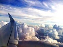 云彩上面看法从飞机窗口的 免版税库存图片