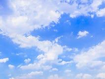 云彩之字形道路在蓝天的 库存照片