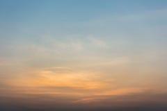 云彩五颜六色的严重的天空日落 与太阳backgrou的天空 免版税库存图片