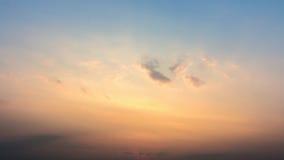 云彩五颜六色的严重的天空日落 与太阳backgrou的天空 库存图片
