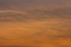 云彩五颜六色的严重的天空日落 与太阳backgrou的天空 免版税库存照片
