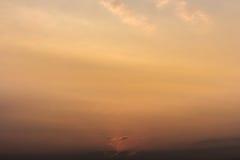 云彩五颜六色的严重的天空日落 与太阳backgrou的天空 免版税图库摄影