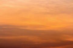 云彩五颜六色的严重的天空日落 与太阳backgrou的天空 图库摄影