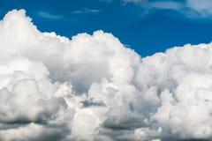 云彩五颜六色的严重的天空日落 云彩五颜六色的严重的天空日落 图库摄影