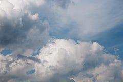 云彩五颜六色的严重的天空日落 免版税库存图片