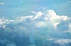 云彩从一次飞机飞行的窗口在云彩的观看 免版税库存照片