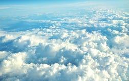 云彩从一次飞机飞行的窗口在云彩的观看 库存照片