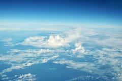 云彩从一次飞机飞行的窗口在云彩的观看 免版税库存图片