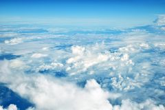 云彩从一次飞机飞行的窗口在云彩的观看 免版税图库摄影