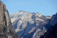 云彩休息和毗邻峰顶,优胜美地国家公园,加利福尼亚 免版税库存照片