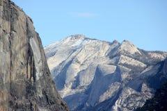 云彩休息和毗邻峰顶,优胜美地国家公园,加利福尼亚 库存图片