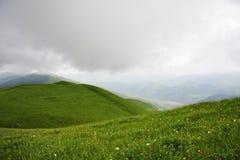 云彩停止的小山  图库摄影