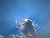 从云彩出来午间的太阳射线 免版税库存照片