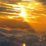 云彩创建黄昏捕鱼点燃喜怒无常的码头的佛罗里达刺穿阳光到美国 库存图片