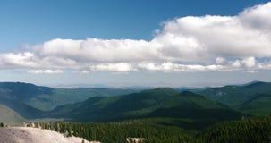 云彩剧烈的时间间隔在蓝色夏天` s天空的在一座绿色山谷山 影视素材