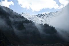 云彩包括的山 免版税库存照片