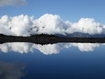 云彩反射到湖里 免版税图库摄影