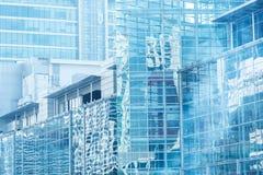 云彩反射在高玻璃办公室 sk的蓝色反射 库存照片