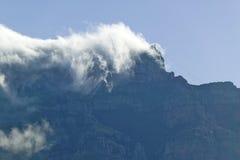 云彩吹在桌山和山在开普敦,南非后 免版税库存图片