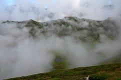 云彩和一个litle湖Bucegi山罗马尼亚语的 图库摄影