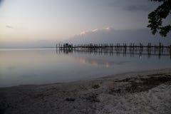 云彩和反射在水的船坞 免版税图库摄影
