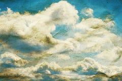 云彩和在被弄皱的纸纹理的蓝天 图库摄影