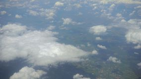 云彩和地球 从平面视窗的视图 免版税库存图片