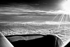 云彩和天空作为航空器的被看见的窗口 免版税图库摄影