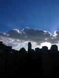云彩和天空在城市 免版税库存图片