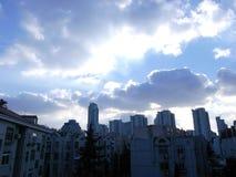 云彩和天空在城市 免版税库存照片